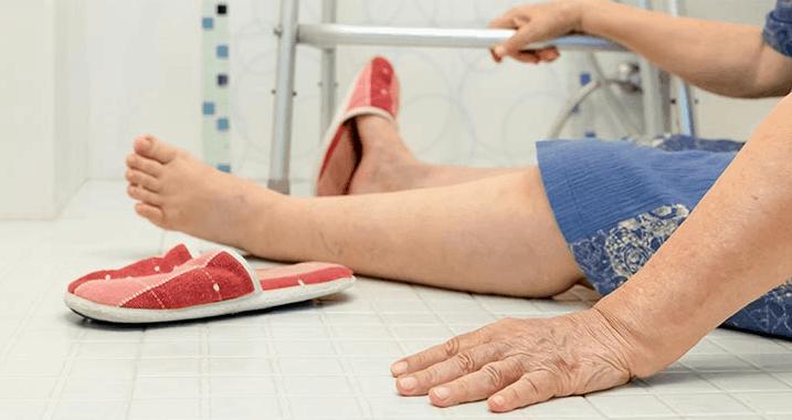 An elderly who fall in the bathroom